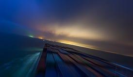 Stort skepp som är kommande på havet vid natt Arkivbild