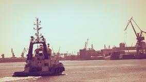 Stort skepp som ankommer i port Arkivbild