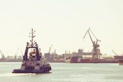 Stort skepp som ankommer i port Royaltyfria Foton