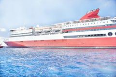 Stort skepp som långsamt reser på vatten arkivbilder