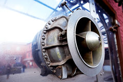 Stort skrapade metalldelen av mekanismen industriellt Reflexionen i metall Arkivbilder