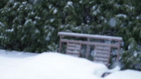 Stort snöfall över platserna som installeras på den hem- gården långsam rörelse stock video
