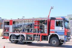 Stort specialt rött med blått avfyrar bilen, motor för att rädda folk med öppna sidor och släckningsutrustning, brandpumpen som b royaltyfria bilder