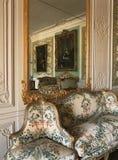 Stort spegel och möblemang på den Versailles slotten royaltyfria bilder