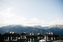 Stort st?lle i bergen, liten by arkivbild