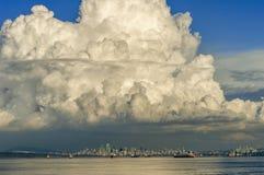 Stort stackmolnmoln över i stadens centrum Vancouver, British Columbia, Kanada arkivfoto