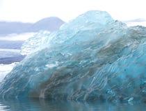 Stort stycke av blå issmältning arkivbild