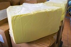 Stort stycke av smör i lagringen på mejeriväxten Royaltyfri Fotografi