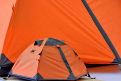 Stort tält och litet tält i apelsin Fotografering för Bildbyråer