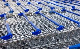Stort töm den blåa shoppingvagnen Royaltyfri Bild