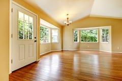 Stort töm nyligen omdanat vardagsrum med trä däckar. arkivfoton