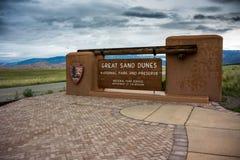 Stort tecken för sanddyn sikt för tre fjärdedel dng Arkivfoton