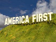 Stort tecken med ord AMERIKA FÖRST arkivbild