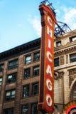 Stort tecken utanför den historiska Chicago teatern royaltyfri bild