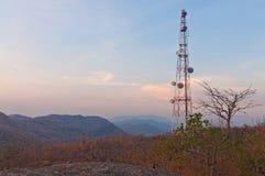 Stort telekommunikationtorn på berg Arkivbilder