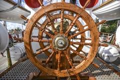 Stort trästyrninghjul på seglingyachten Royaltyfria Foton