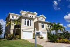 stort tropiskt för florida hus fotografering för bildbyråer