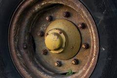 Stort tungt gummihjul och hjul arkivbild