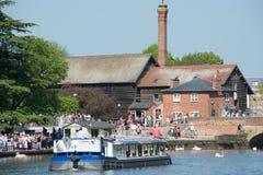 Stort turfartyg i typisk engelsk flodstrandplats under bankfridag Arkivbilder