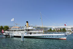 Stort turnera fartyget som förtöjas i sjöGenève, Schweiz Royaltyfria Foton