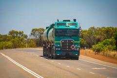 Stort vägdrev i den australiska vildmarken med släpet som kommer med bränsle för att gasa royaltyfria foton