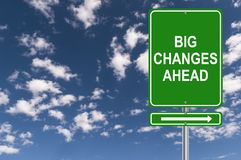 Stort vägmärke för ändringar framåt arkivbilder