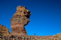 Stort vagga bildande av Los Roques de Garcia jämför med den lilla människan, den Teide nationalparken, Tenerife, Spanien Royaltyfria Bilder