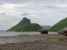 Stort vagga i halvklot, kotte eller pyramidform som eroderas av havsvatten på Khao Lom Muak, Ao Manao, Prachuap Khiri Khan Arkivbilder