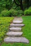 Stort vagga stenmoment och den trädgårds- banan för stenhäll Royaltyfri Fotografi