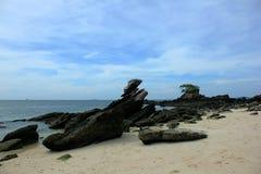 Stort vaggar på stranden i havet royaltyfri fotografi