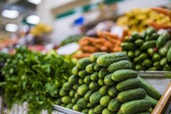Stort val av nya frukter och grönsaker på marknad royaltyfria bilder