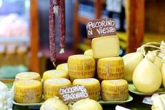 Stort val av ostar på italiensk bondemarknad Arkivfoto