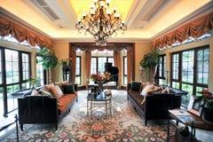 stort vardagsrum omgivna villafönster royaltyfria bilder