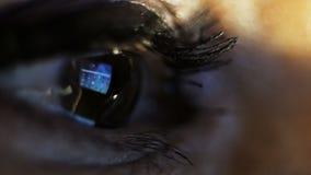 stort vatten för fotografi för makro för droppgreenleaf Ögat av en kvinna som ser minnestavlan stock video