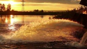 Stort vattenrör som urladdar vätskeavfalls stock video