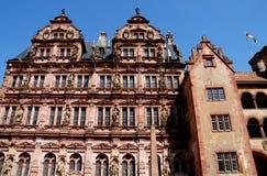 Stort, viktigt och historisk byggnad med statyer i Heidelberg i Tyskland arkivbilder