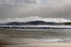 Stort vinka under en storm Royaltyfria Foton