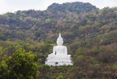 Stort vitt buddha statysammanträde på berget på Nakhon Ratchasima Thailand Arkivfoton