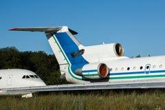 Stort vitt flygplan med blålinjen i flygplatsen Arkivbilder