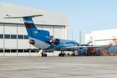 Stort vitt flygplan med blålinjen i flygplatsen Royaltyfri Foto