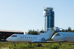 Stort vitt flygplan med blålinjen i flygplatsen Royaltyfria Bilder
