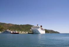 Stort vitt kryssningskepp i port Royaltyfri Fotografi
