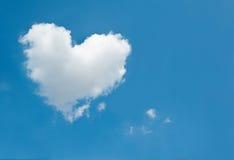 Stort vitt moln i formen av en hjärta i den blåa himlen Fotografering för Bildbyråer