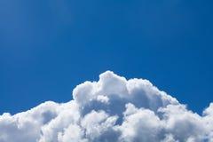 Stort vitt moln mot blå himmel Royaltyfri Fotografi