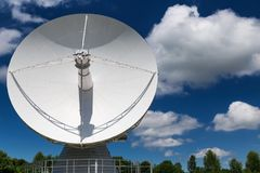 Stort vitt radioteleskop Royaltyfri Foto