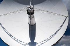 Stort vitt radioteleskop Royaltyfria Bilder
