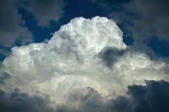 Stort vitt stormmoln som är upplyst vid den ljusa solen arkivfoto