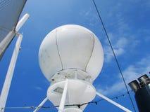Stort vitt system för marin- navigering på kryssningskeppet med backround för blå himmel Arkivbilder
