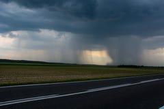 Stortbui op het gebied Een muur van regen polen stock afbeeldingen