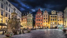 Stortorget fyrkant med färgrika hus i Stockholm, Sverige arkivfoton